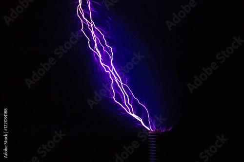 Blitze mit einer Teslaspule in dunklen Raum Poster
