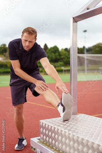 Poster sportler dehnt seine wade