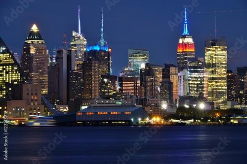 Tuinposter New York Night view of the Manhattan skyline in New York City seen from Edgewater, New Jersey