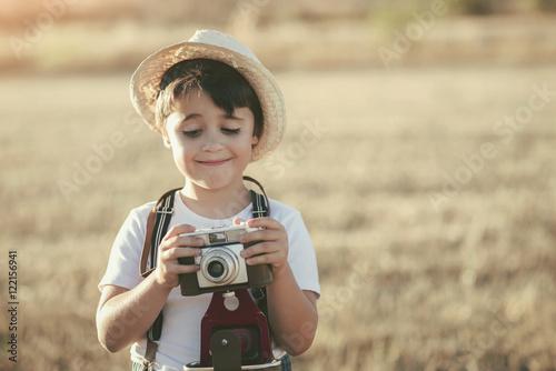 niño con cámara de fotos
