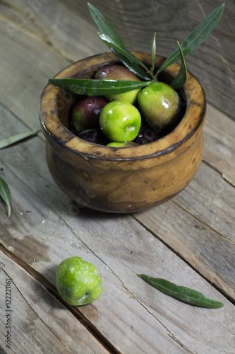 Olive in ciotola di legno Poster