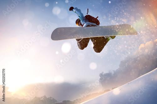 fototapeta na ścianę Snowboarder im Sprung