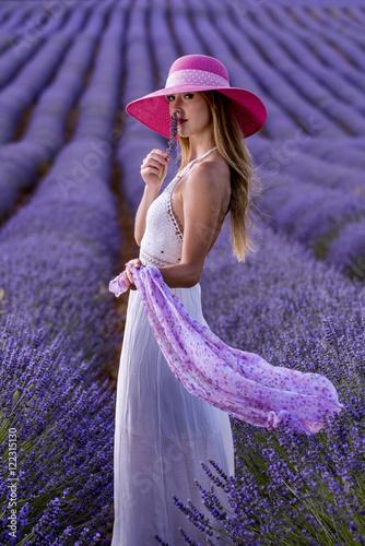 Zdjęcia Teen woman in a lavender field