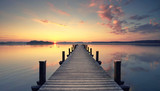 Fototapety alter rustikaler Holzsteg am Ufer des Sees, Herbstmorgen
