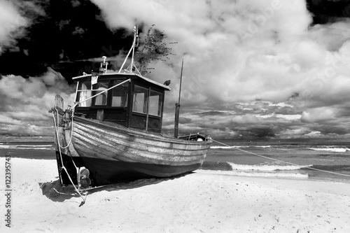 Ein Fischerboot in Ahlbeck auf der Insel Usedom - 122395743