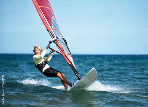 Frau beim Windsurfen Poster