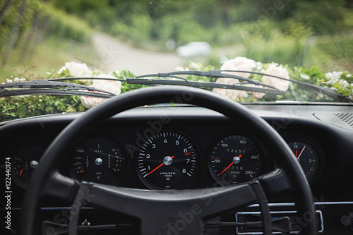 Geschmückter Sportwagen zur Hochzeit Poster