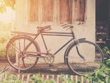 Weinlese-Fahrrad oder altes Fahrrad Vintage Park auf alten Mauer nach Hause.