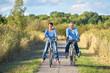 canvas print picture - zwei Senioren haben Spaß beim Radfahren in der Natur