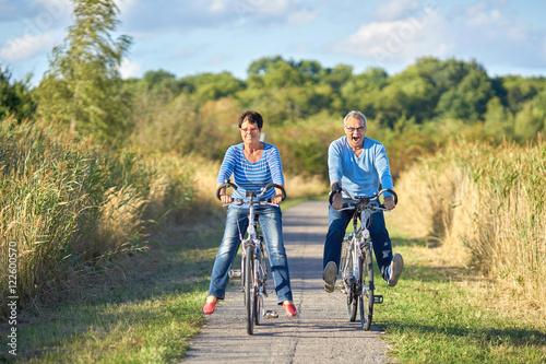 canvas print picture zwei Senioren haben Spaß beim Radfahren in der Natur