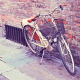 Biały rower classic w mieście. Filtrowany obraz.