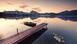 alter Holzsteg am See, Alpensee zum Sonnenaufgang