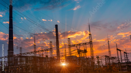 Staande foto Industrial geb. silhouette of coal electric power plant on the background of a beautiful sunset.