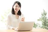 パソコン・若い女性 - 122843375
