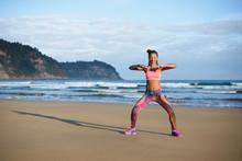 Sportowy brazylijska kobieta, taniec i zabawę na plaży. Czarny szczęśliwy tancerz korzystających rytm muzyki.