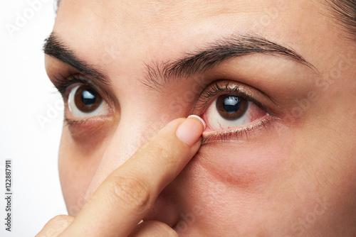 Juliste woman show her eye