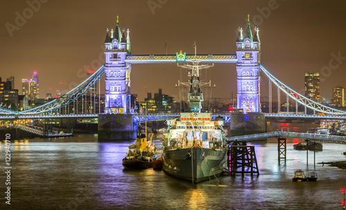 Tower Bridge und Museumsschiff HMS Belfast in London beleuchtet bei Nacht