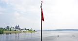 Bandera de la proa de un barco de pasajeros en un río, Rusia
