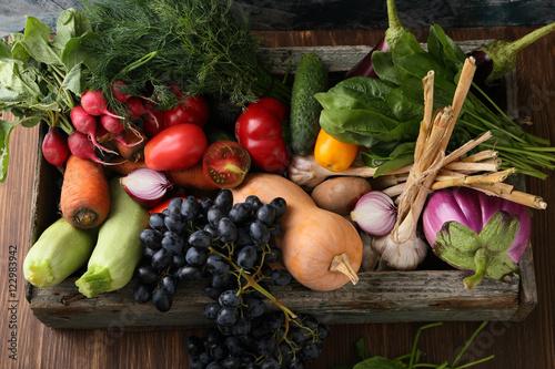 Foto Murales Farm vegetables in wood crate