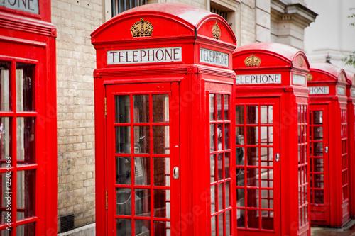 Nahaufnahme roter Telefonzellen in London Poster