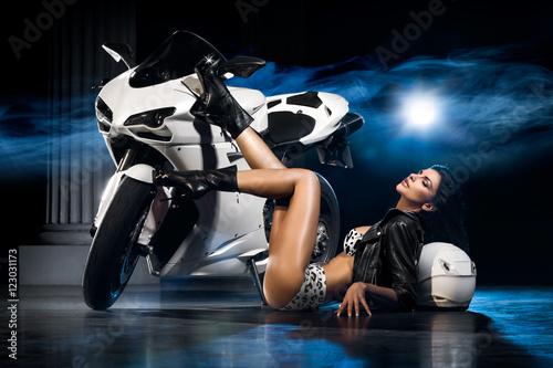 Piękna dziewczyna w czarnym stroju i eleganckich szybkich butach