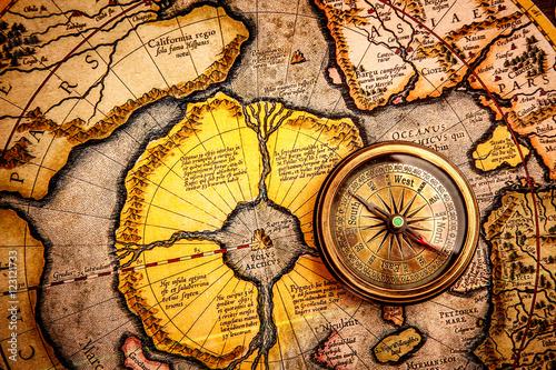 vintage-kompas-lezy-na-starozytnej-mapie-polnocy