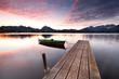 Bootssteg im Herbstlicht, Abenddämmerung am See