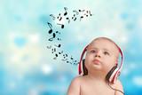Baby hört Musik mit Kopfhörern
