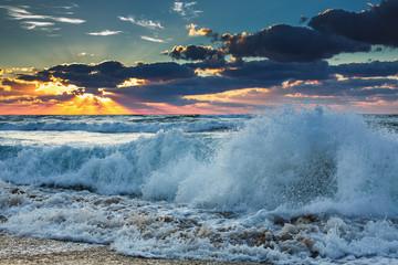 Fototapet zachód słońca nad morzem fala