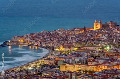 In de dag Barcelona Cefalu at the north coast of Sicily at twilight