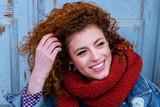 Retrato de moda de una chica joven, hipster, con moda de otoño