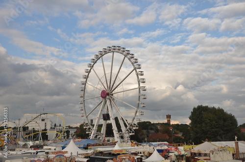 Plakat Ein großes Riesenrad auf der Herbstkirmes