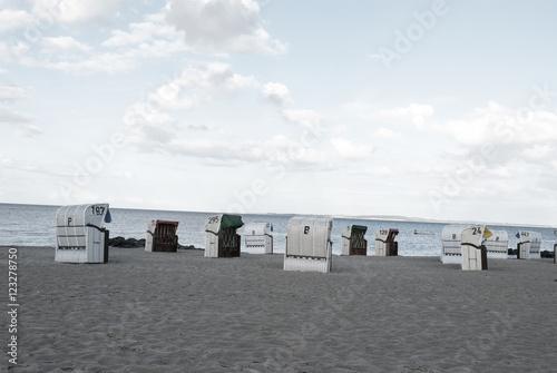 Menschenleerer Ostseestrand mit Strandkörben am Abend, Schleswig-Holstein, Hohwachter Bucht  - 123278750