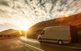 Lieferwagen auf Landstraße im Sonnenuntergang - 123325184