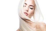 Piękna blond dziewczyna o idealnie gładkich włosach i klasycznym makijażu