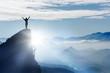 Leinwandbild Motiv Bergsteiger auf einem Gipfel im Gebirge bei Nebel