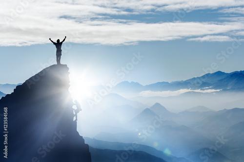Poster Bergsteiger auf einem Gipfel im Gebirge bei Nebel