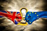 Brexit poings et livre écrasée - 123588726