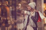 Frau beim bummeln in der Stadt © detailblick-foto