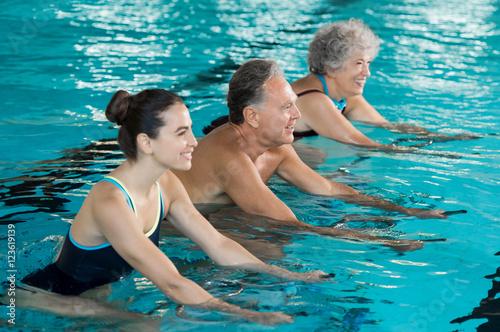 Seniorzy na rowerze na rowerze wodnym