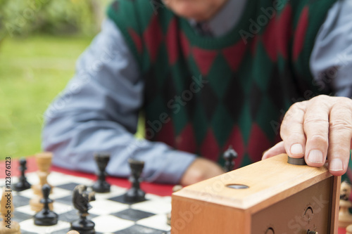 Valokuva Old man reset chess clock