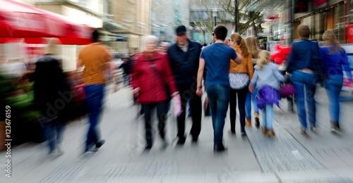 Shopping in einer Stadt mit zoomeffekt Poster