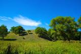 Холм в окружении растительности.