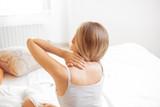 Donna con dolore al collo o cervicale a letto