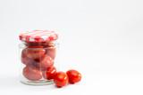 Tarro de cristal con tomates cherry