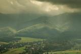 Tatry pod gęstymi ciemnymi chmurami