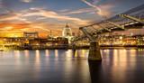 Sonnenuntergang hinter der St. Pauls Kathedrale und Millennium Brücke in London