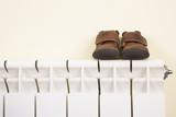 Zapatos de bebé sobre un radiador