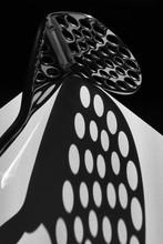Geschirr mit kreativen Schatten, Nahaufnahme, Objekt, Kartoffel-Chopper, Suchscheinwerfer Beleuchtung, Küche, schwarz und weiß photography__