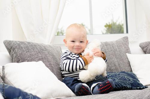 Poster Kleiner Junge kuschelt mit seinem Teddy